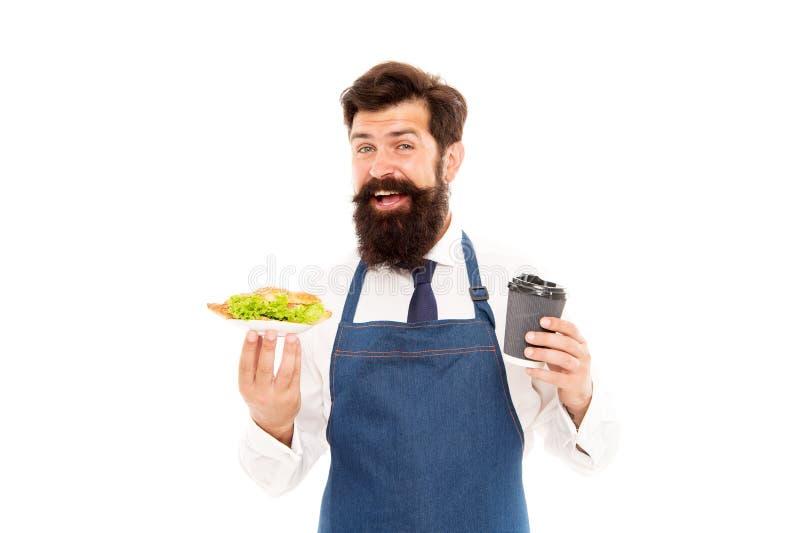 Cukierniany karmowy pojęcie Obsługuje brodatego kelnera daje talerza z jedzeniem i filiżanką croissant wy?mienicie smacznego twoj zdjęcie stock