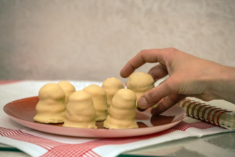 Cukierniczka stawia za ciastkach fotografia royalty free