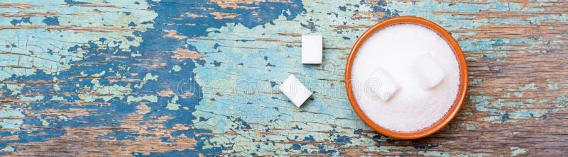 Cukieru granulujący i dystyngowany cukier w pucharze na drewnianym stole obraz royalty free