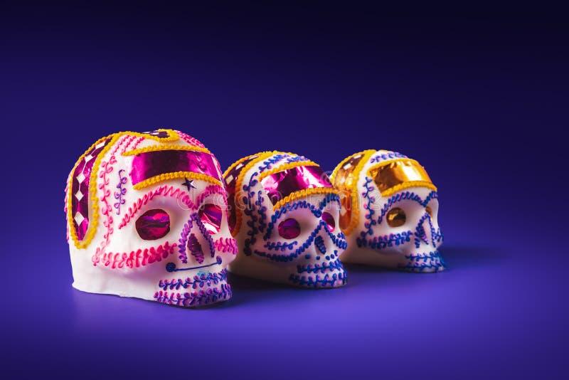Cukrowa czaszka w purpurowym tle zdjęcia stock