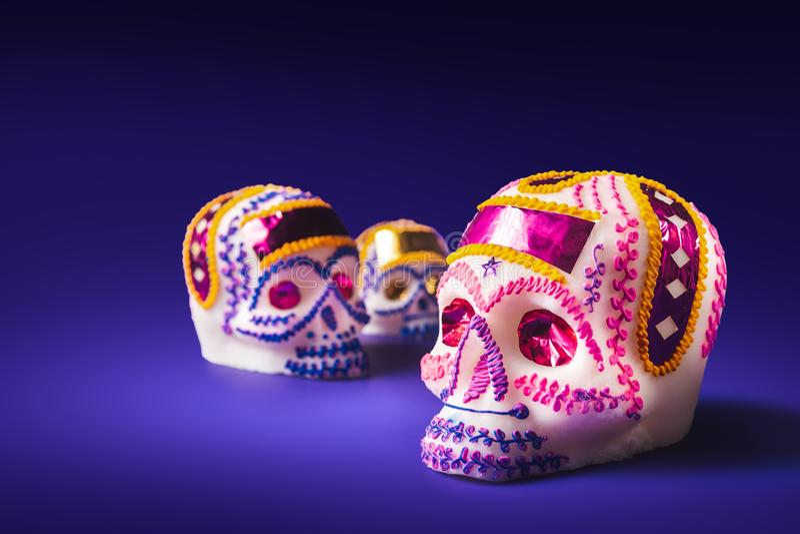 Cukrowa czaszka w purpurowym tle fotografia royalty free