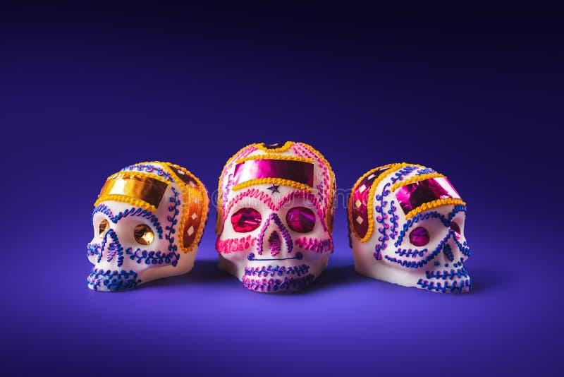 Cukrowa czaszka w purpurowym tle fotografia stock