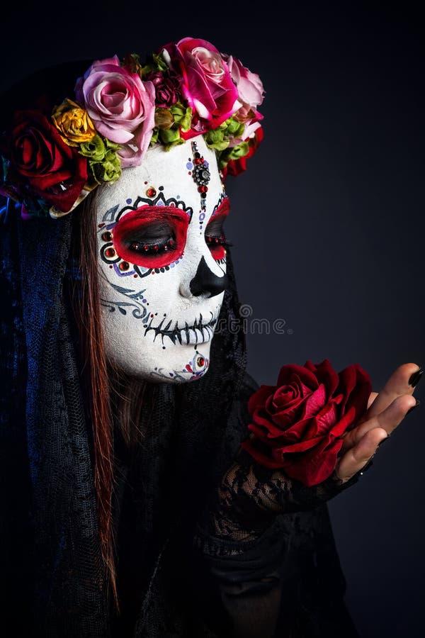 Cukrowa czaszki makeup dziewczyna z wzrastał zdjęcie royalty free