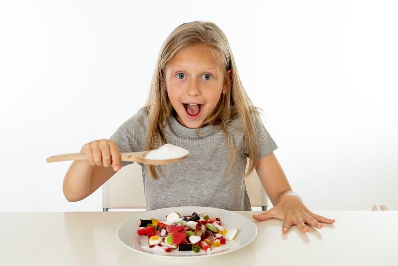 Cukrowa wysoka młoda blondynki dziewczyna je zbyt dużo cukieru w odżywiania pojęciu obraz royalty free