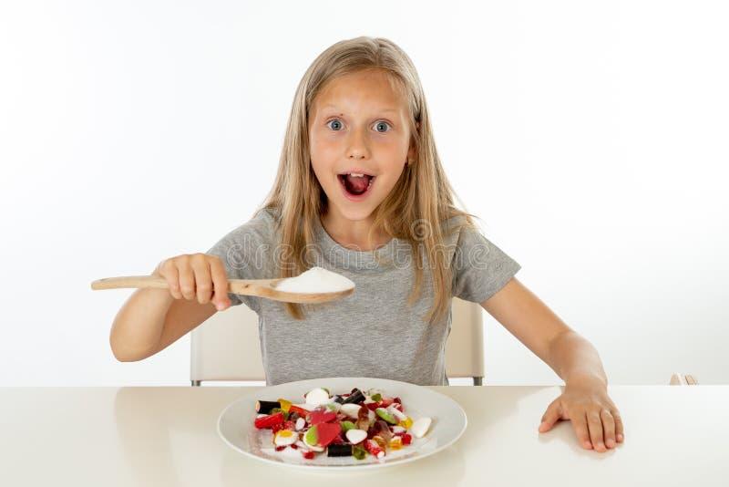 Cukrowa wysoka młoda blondynki dziewczyna je zbyt dużo cukieru w odżywiania pojęciu fotografia royalty free