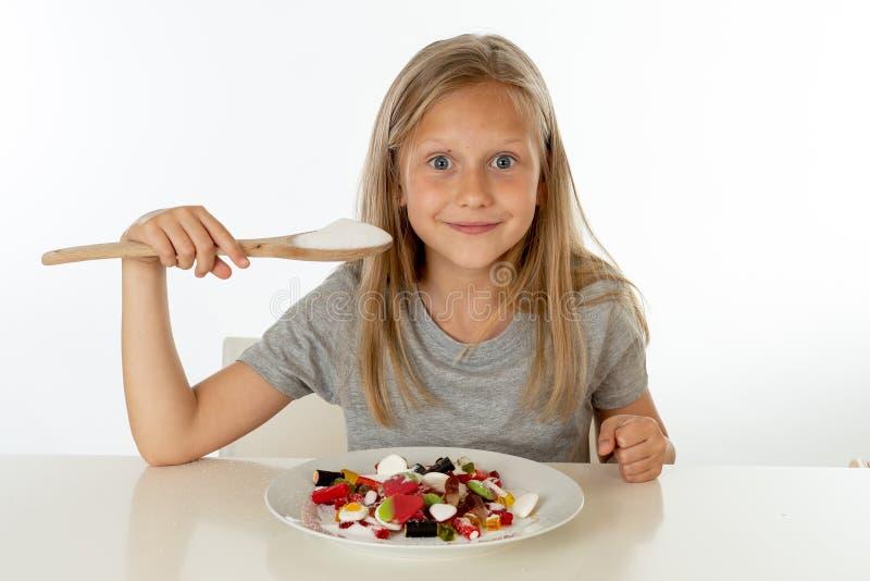 Cukrowa wysoka młoda blondynki dziewczyna je zbyt dużo cukieru w odżywiania pojęciu obrazy royalty free