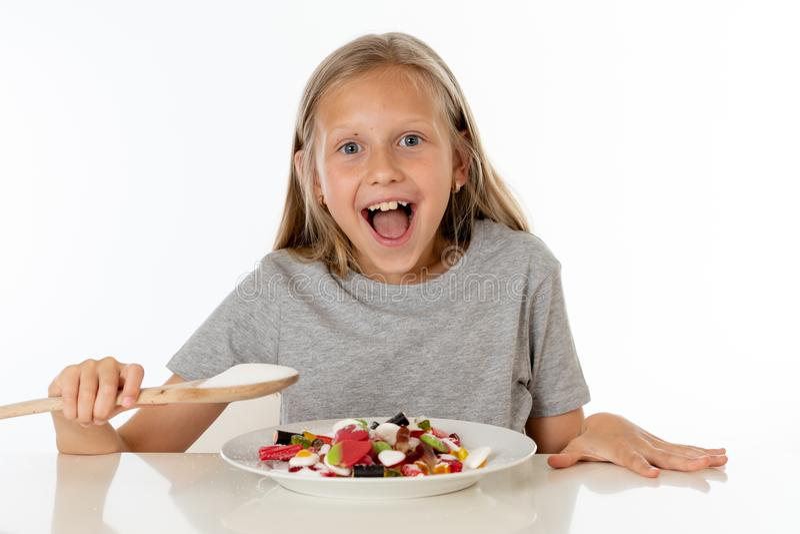Cukrowa wysoka młoda blondynki dziewczyna je zbyt dużo cukieru w odżywiania pojęciu fotografia stock
