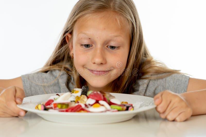 Cukrowa wysoka młoda blondynki dziewczyna je zbyt dużo cukieru w odżywiania pojęciu obraz stock