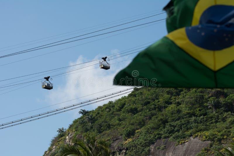 Cukrowego bochenka wagon kolei linowej i brazylijska flaga zdjęcie stock