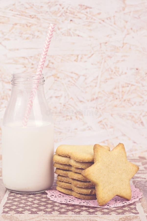 Cukrowi ciastka i butelka mleko zdjęcia royalty free