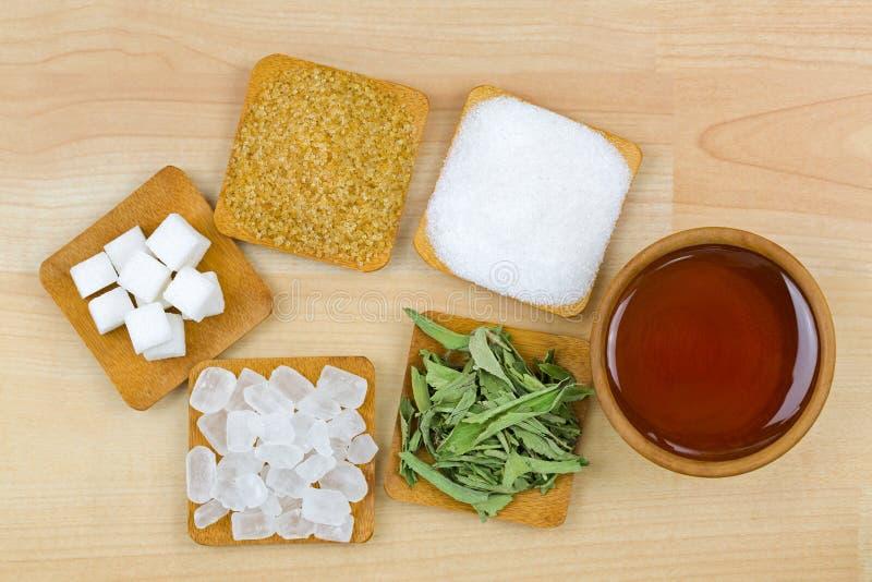 Cukrowi sześciany, brązu cukieru kryształy, granulowany biały cukier, rockowy cukier, stevia, miód, Różni typy słodkość fotografia stock