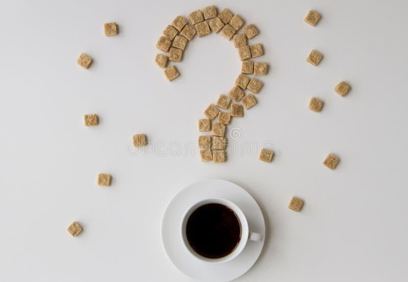 Cukrowi sześciany kształtujący jako filiżanka kawy na białym tle i znak zapytania Dieta nałogu unhealty słodki pojęcie zdjęcia royalty free
