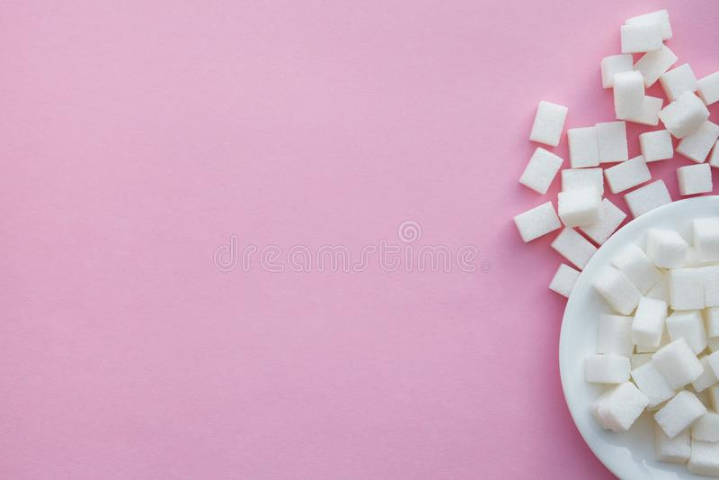 Cukrowi sześciany na różowym tle, płaski układ zdjęcia stock
