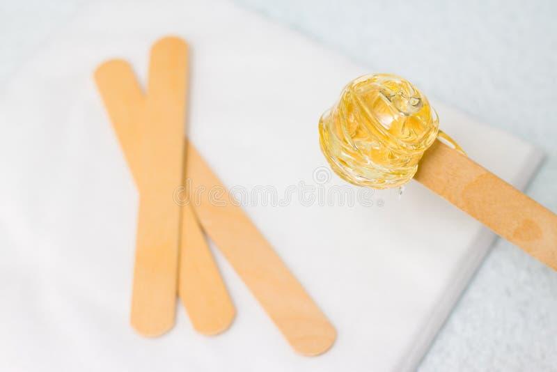 cukrowy pasty lub wosku miód dla włosy usuwa z drewnianą nawoskuje szpachelką wtyka - depilacji i piękna pojęcie zdjęcia royalty free