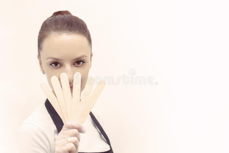 Cukrowy wosk depilacji dziewczyny mienia fan depilacja wtyka fotografia stock