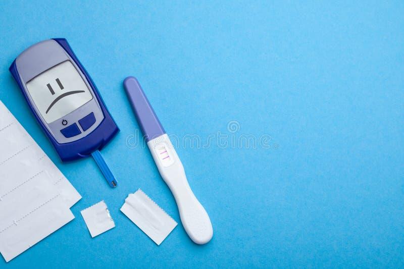 Cukrzyce mellitus, narosły krwionośny cukier w kobieta w ciąży Glucometer i pozytywu test dla variability obraz stock