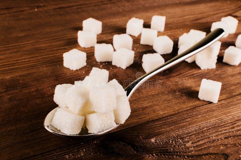 Cukrzyce Mnóstwo cukrowi sześciany w łyżce fotografia royalty free