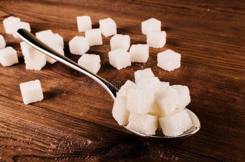 Cukrzyce Mnóstwo cukrowi sześciany w łyżce obraz stock