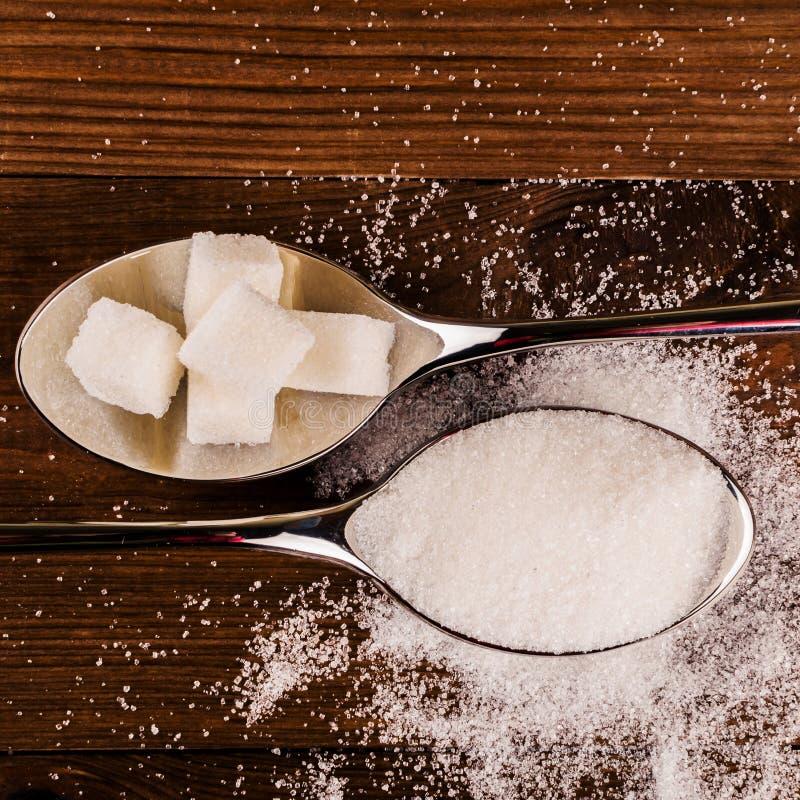 Cukrzyce Mnóstwo cukrowi sześciany w łyżce Odgórny widok fotografia stock