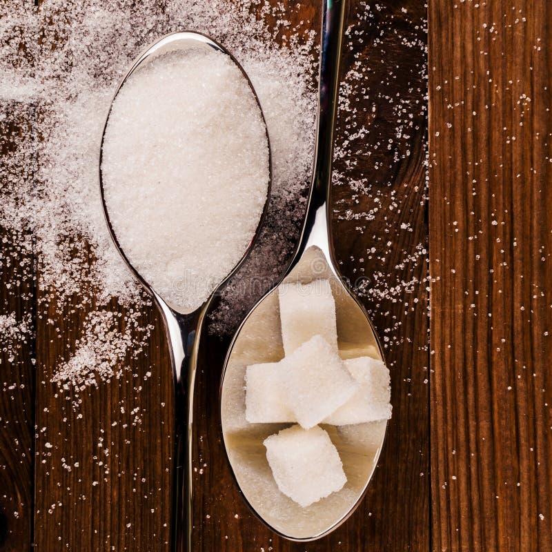 Cukrzyce Mnóstwo cukrowi sześciany w łyżce Odgórny widok obraz stock