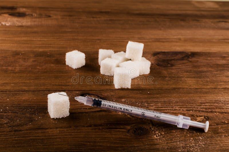 Cukrzyce są okropnym chorobą Mnóstwo cukrowi sześciany z strzykawką obraz stock