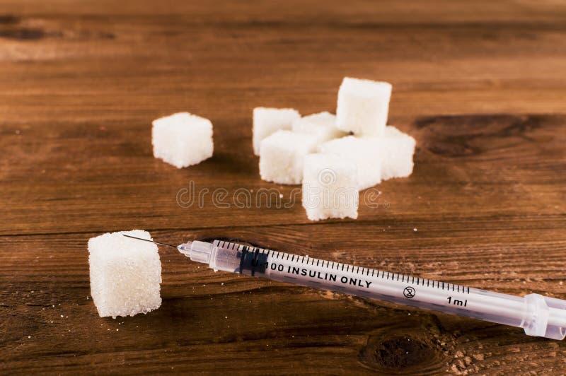 Cukrzyce są okropnym chorobą Mnóstwo cukrowi sześciany z strzykawką obrazy royalty free