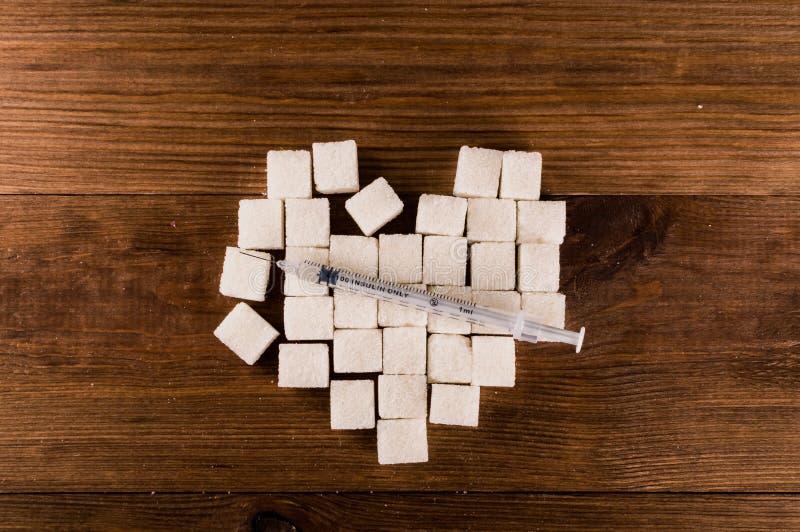 Cukrzyce są okropnym chorobą Serce cukrowi sześciany z strzykawką obrazy stock