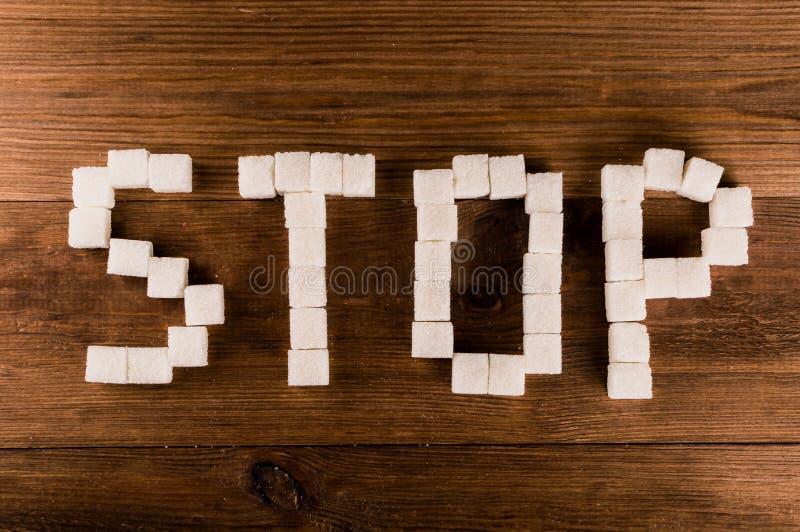 Cukrzyce Słowo przerwa od cukrowych sześcianów z strzykawką obrazy royalty free