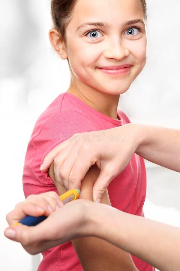 Cukrzyce w dzieciach - zastrzyk insulina zdjęcie royalty free