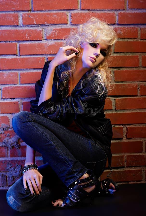 Culbuteur blond de glam de fille image stock