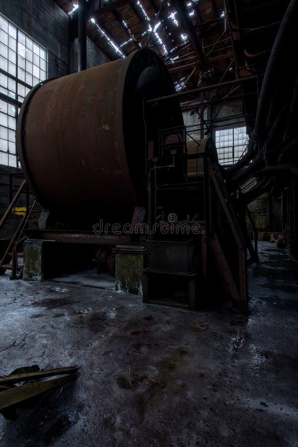 Culbuteurs rouillés de roche - Bay State Iron Company pas 7 mine - montagnes d'Adirondack, New York photo stock