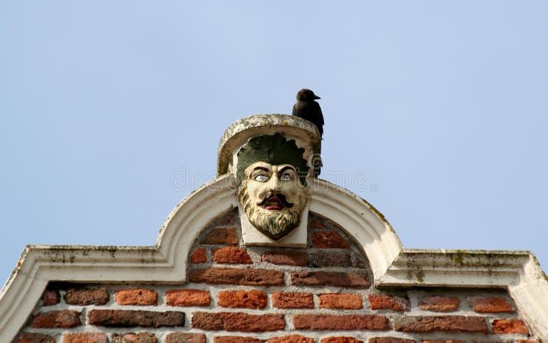 Culemborg, pignon de la Renaissance avec la tête et une corneille d'homme là-dessus images stock