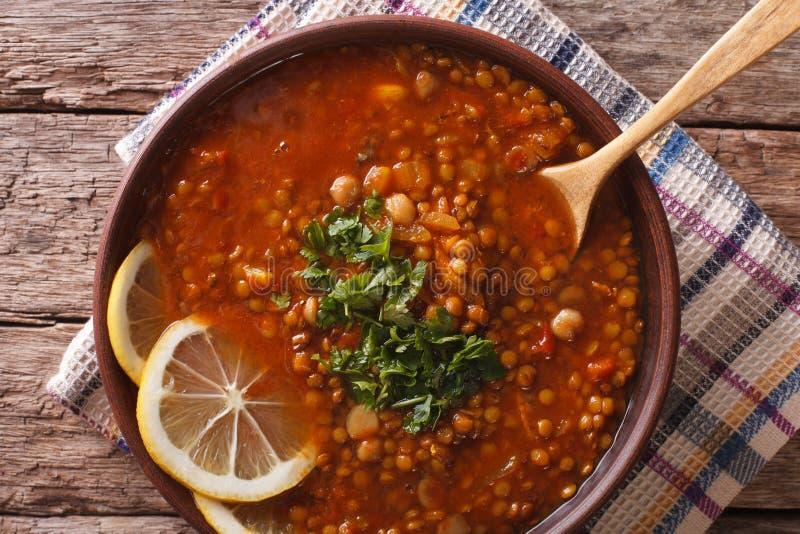 Culinária árabe: Sopa de Harira em um close-up da bacia parte superior horizontal v fotografia de stock
