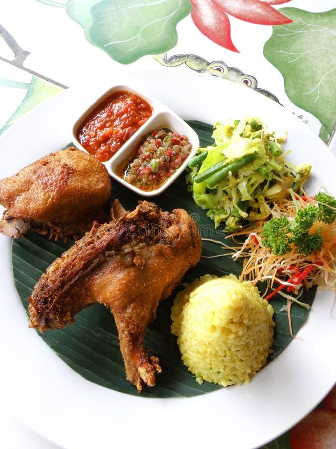 Culinária étnica de Bali, pato fritado friável foto de stock
