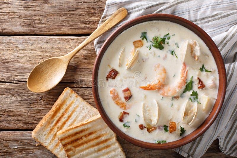 Culinária americana: Close up da sopa da clam chowder de Nova Inglaterra horizonte imagem de stock