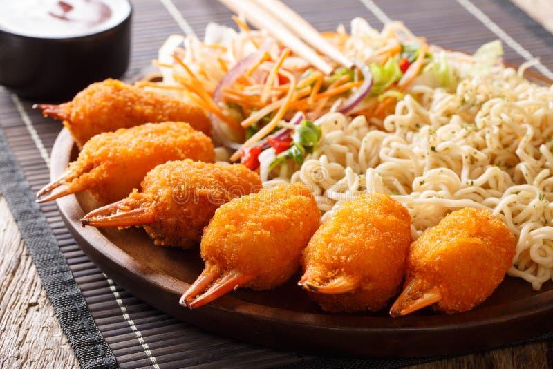 Culinária chinesa: crab garras na cobertura com pão ralado com macarronetes de ovo e fre fotos de stock royalty free