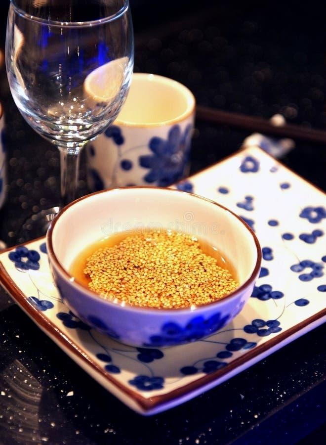 Culinária chinesa - sésamo no petróleo da cerceta fotografia de stock royalty free