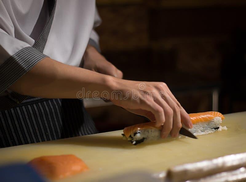 Culinária de Japanese do cozinheiro chefe na cozinha do hotel ou do restaurante que cozinha, sobre imagem de stock royalty free