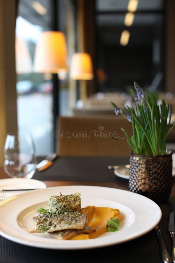 Culinária europeia do restaurante, faixa da truta fotos de stock royalty free