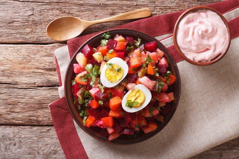 Culinária finlandesa: close-up da salada do rosolli e do molho de creme horizonte imagens de stock royalty free