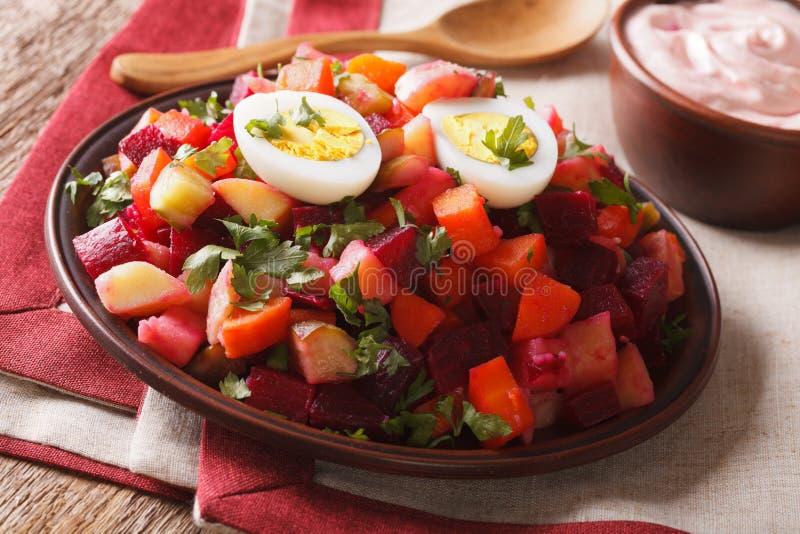 Culinária finlandesa: close-up da salada do rosolli e do molho de creme horizonte fotografia de stock royalty free