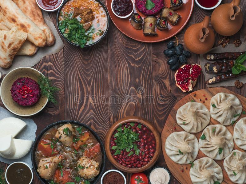 Culinária Georgian na tabela de madeira, vista superior, espaço da cópia imagens de stock