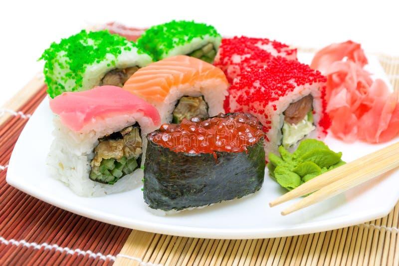 Culinária japonesa. fim-acima dos rolos de sushi. imagens de stock