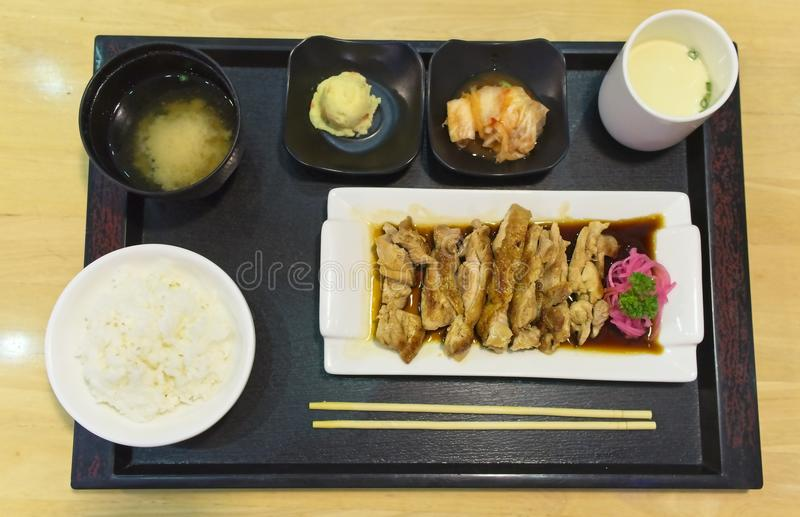A culinária japonesa, galinha de Teriyaki serviu com arroz, sopa de miso, Chawanmushi e salada na tabela de madeira imagem de stock royalty free