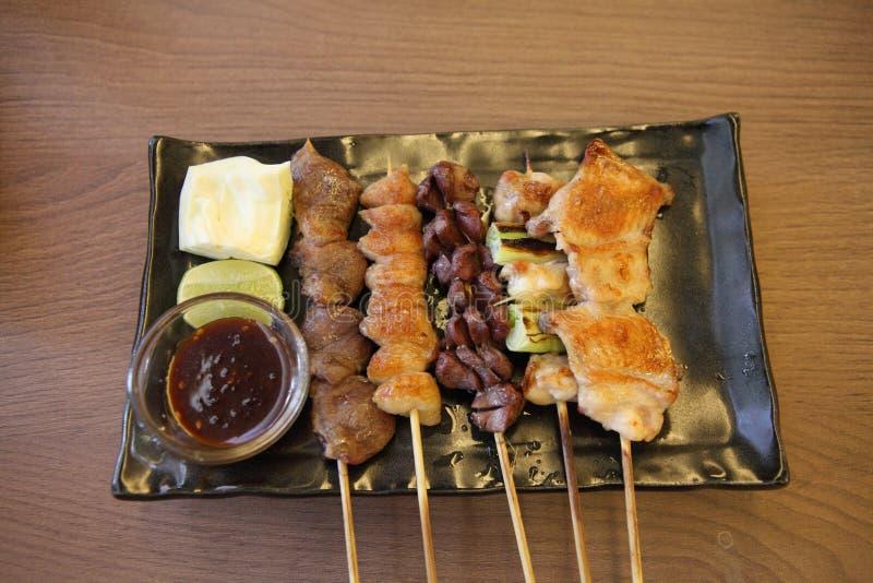 A culinária japonesa grelhou, espetos Yakitori do teriyaki imagem de stock royalty free