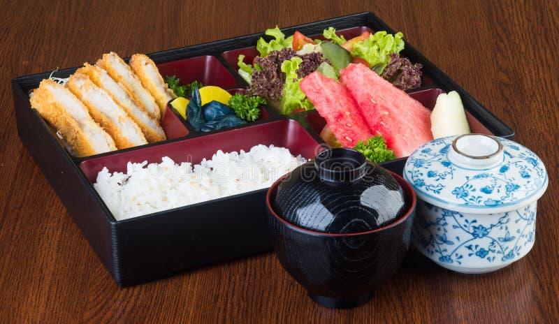 Culinária japonesa lancheira ajustada no fundo foto de stock royalty free