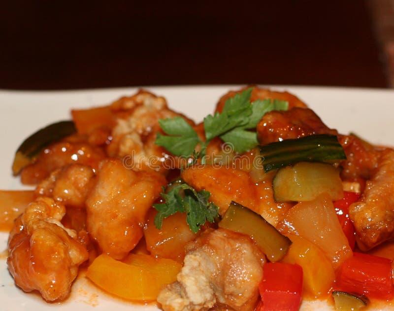 Culinária japonesa - macarronetes com Seadood e molho de tomate imagens de stock