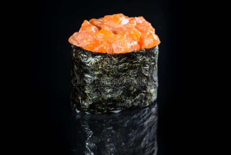 Culinária japonesa Rolo picante apetitoso com arroz, s da causa de Gunkan imagem de stock royalty free