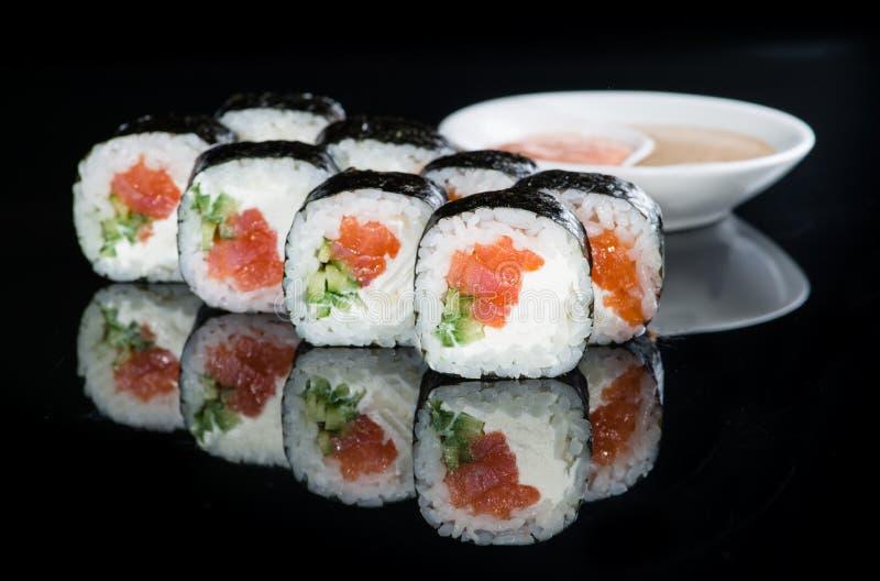 Culinária japonesa Rolos de sushi apetitosos do maki com arroz, salmões, fotos de stock royalty free