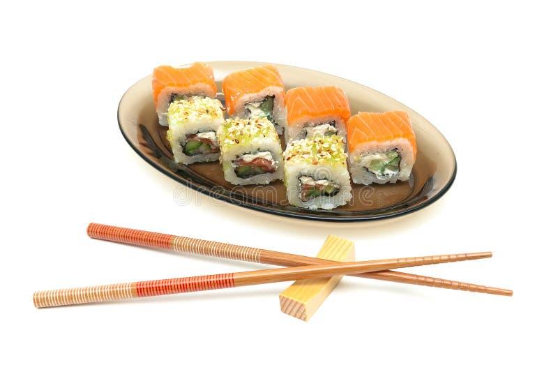 Culinária japonesa - rolos e hashis Fundo branco foto de stock